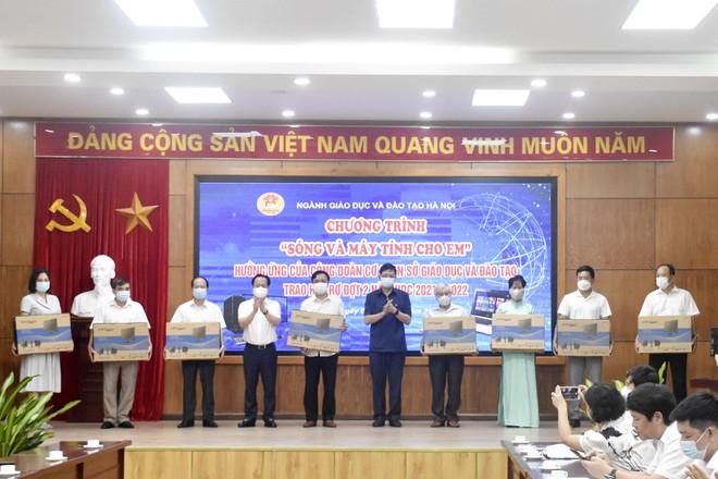 Gần 4.600 học sinh Hà Nội được nhận ủng hộ thiết bị học tập trực tuyến 1