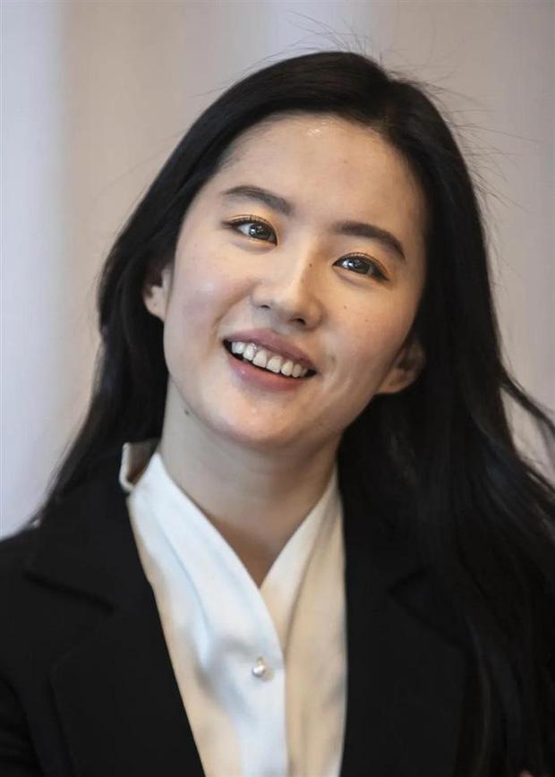 Ảnh chụp cận mặt của mỹ nhân Hoa ngữ: Dương Mịch, Nhiệt Ba như U70, trùm sau lộ cả 'dao kéo' 19